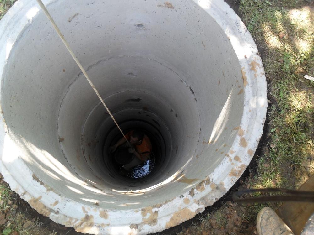 Выкопаем траншею вокруг колодца и найдём смещение